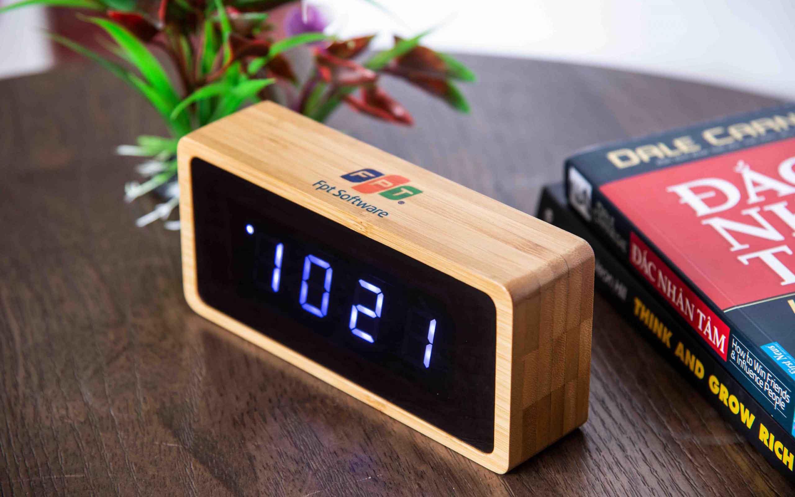 Đồng hồ gỗ để bàn đa năng.